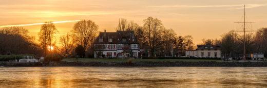 Goldener Sonnenuntergang am Rhein bei Speyer