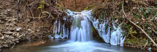kleiner Wasserfall im Wald
